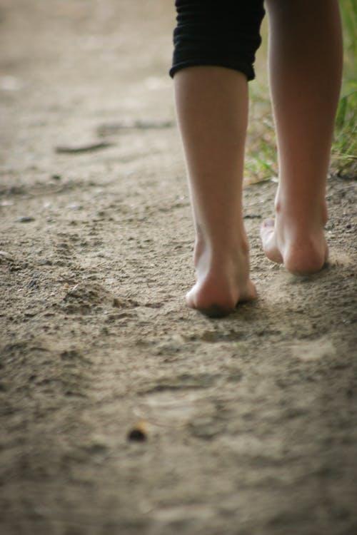 Ảnh lưu trữ miễn phí về cát, chân, chân không, con gái