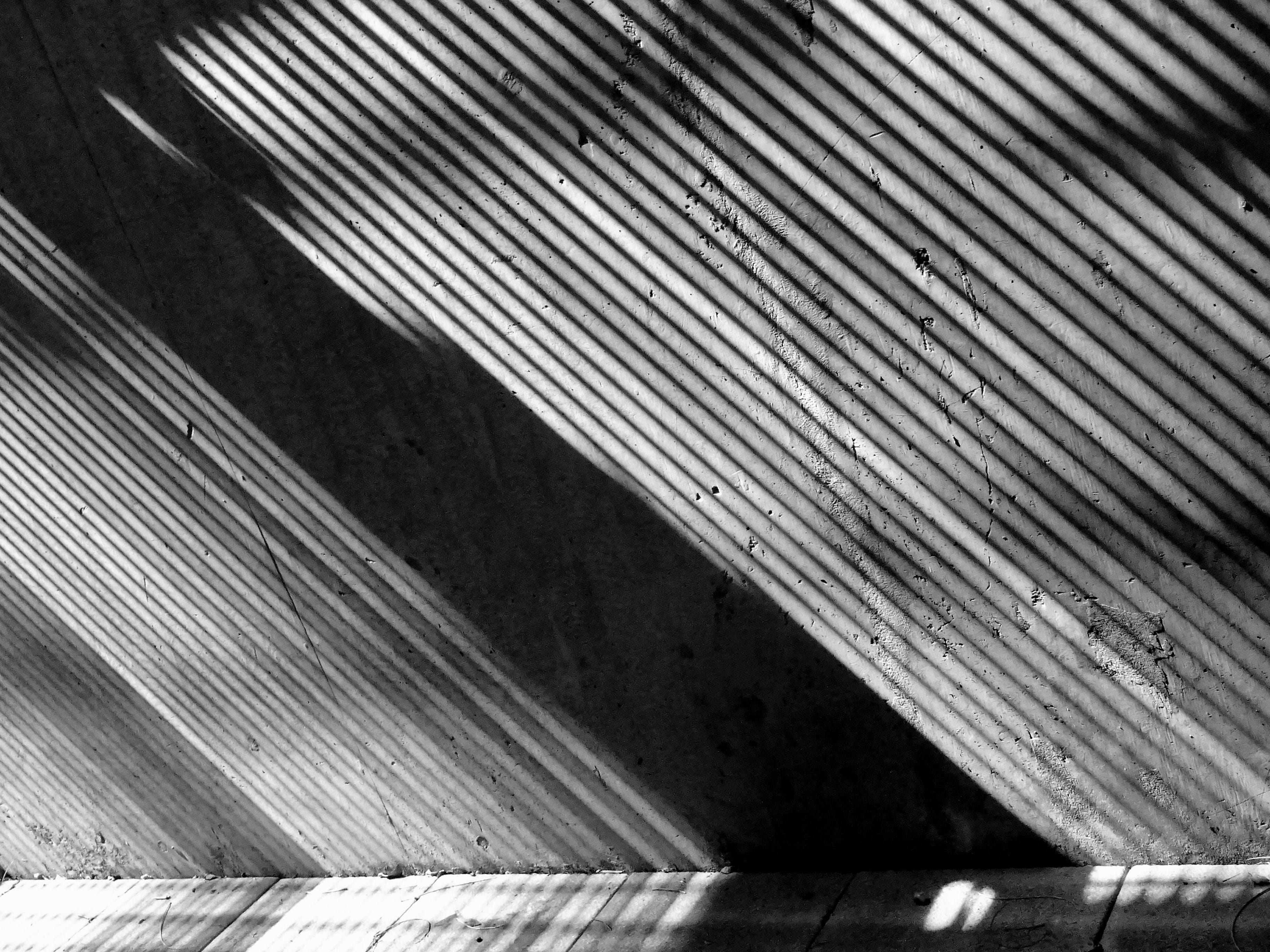 Kostenloses Stock Foto zu beton, mauer, schwarz und weiß, sonnenlicht