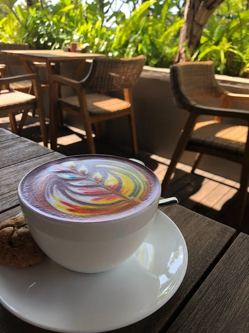 Fotobanka sbezplatnými fotkami na tému cappuccino, dúhová káva, dúhová latka, hrnček