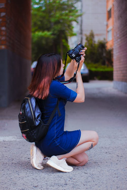 Základová fotografie zdarma na téma batoh, dáma, držení těla, focení