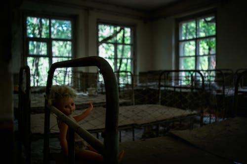 Immagine gratuita di bambola, dormitorio, edificio abbandonato