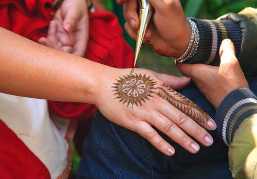 Gratis stockfoto met artiest, artistiek, hand, henna