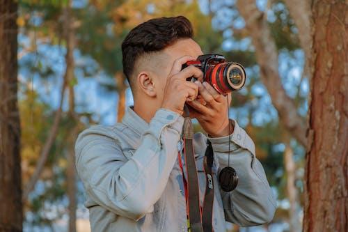 Безкоштовне стокове фото на тему «Денне світло, дерева, дорослий, кінооператор»