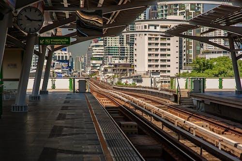 antrenman yaptırmak, binalar, demir yolu, demir yolu rayları içeren Ücretsiz stok fotoğraf