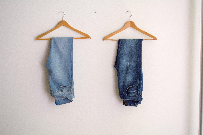 Kostenloses Stock Foto zu fashion, mauer, haus, jeans