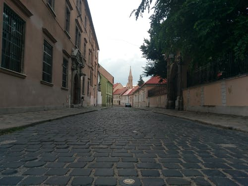 Ảnh lưu trữ miễn phí về xây dựng nhà thờ, đường vắng, đường đá cuội