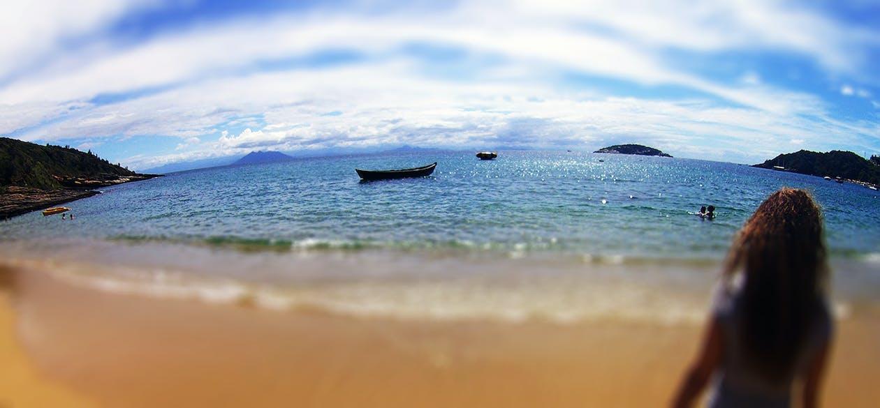 ผู้หญิงกำลังดูทะเล