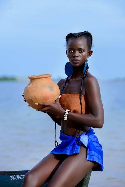афро-американська жінка, берег моря, вираз обличчя