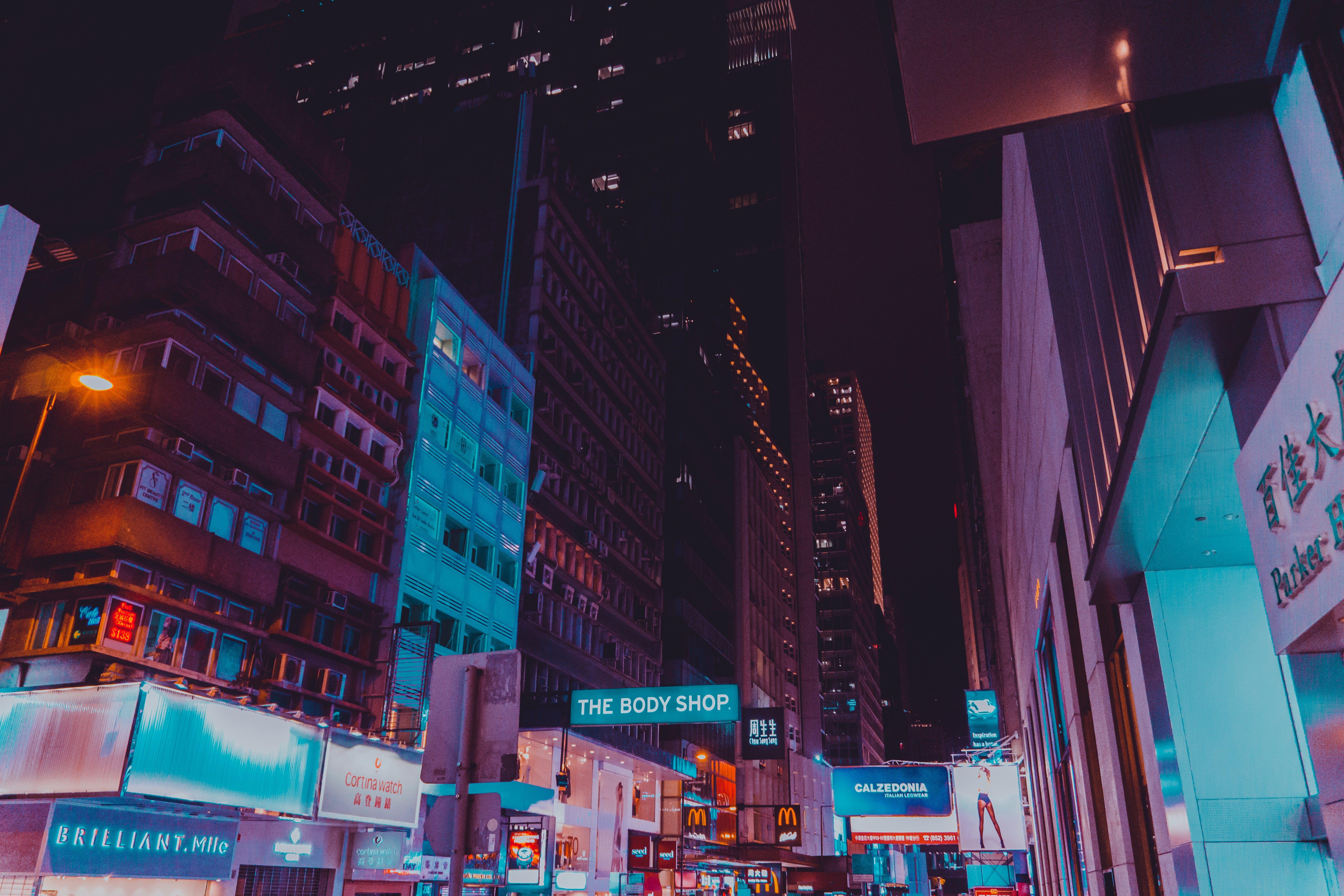 Kostenloses Stock Foto zu abend, architektur, beleuchtung, beschilderung
