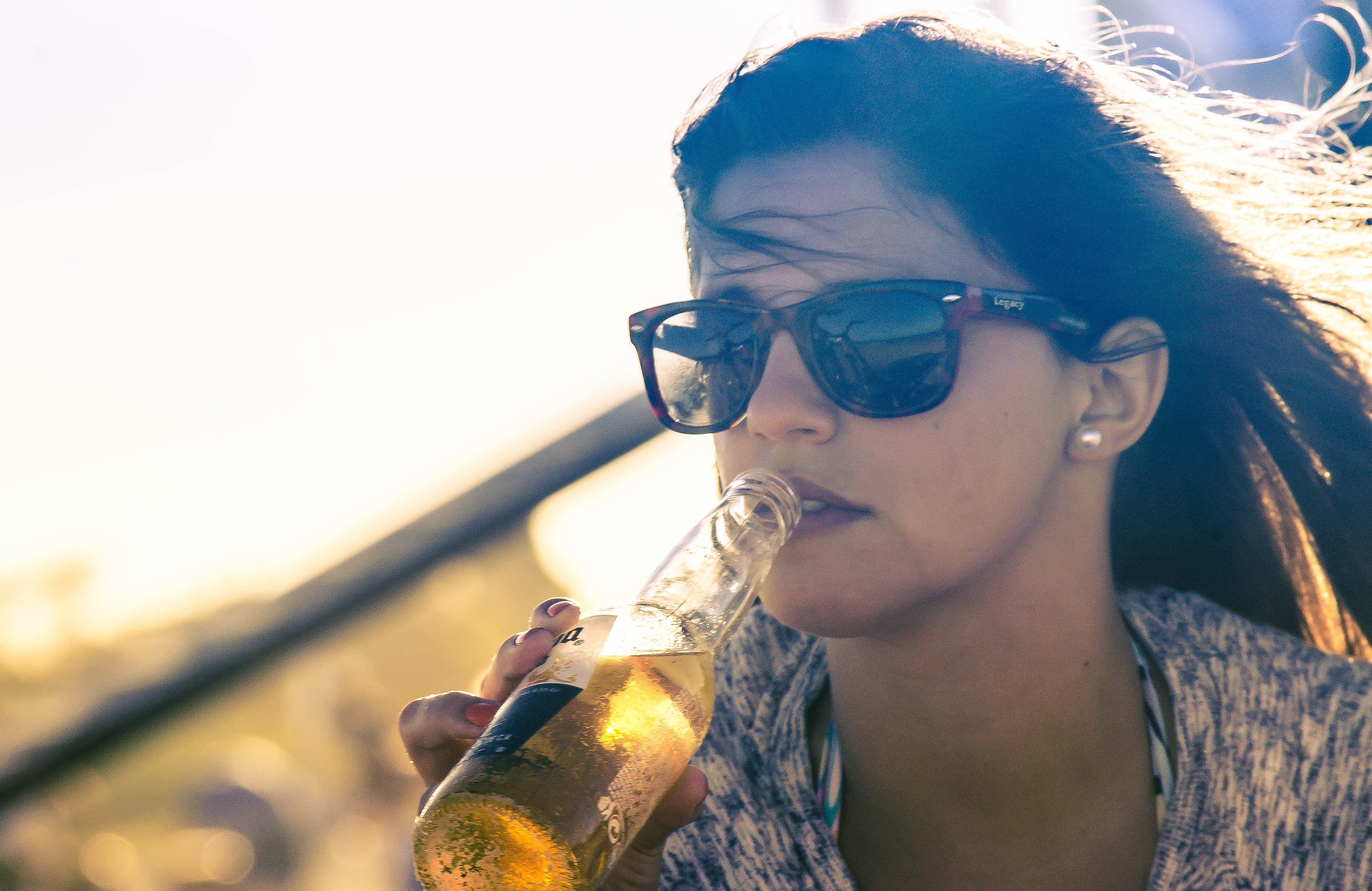 Darmowe zdjęcie z galerii z dorosły, kobieta, okulary słoneczne, piwo