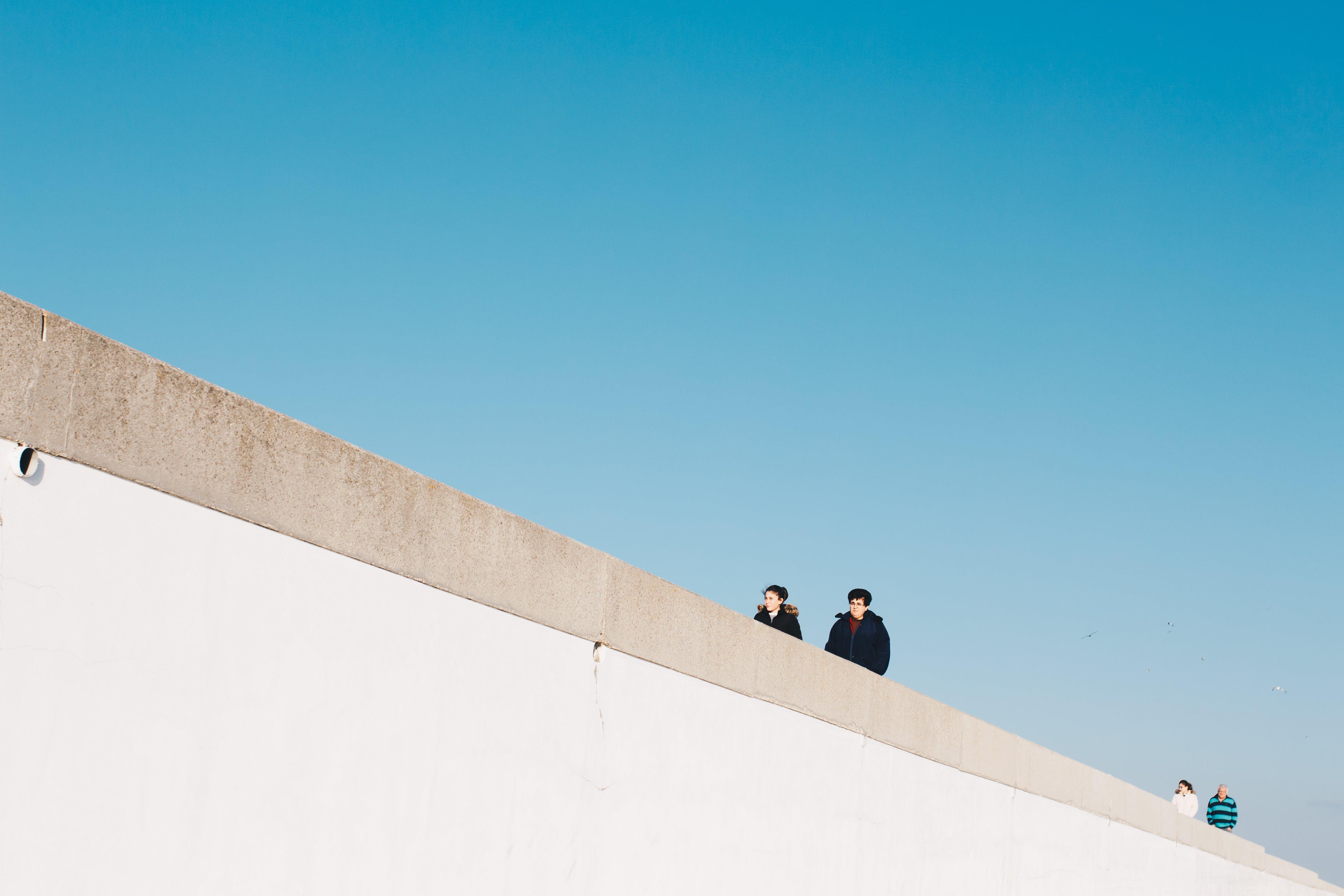 Základová fotografie zdarma na téma budova, denní světlo, dospělý, modrá obloha