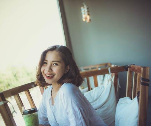 Foto profissional grátis de alegria, atraente, beleza, cadeira