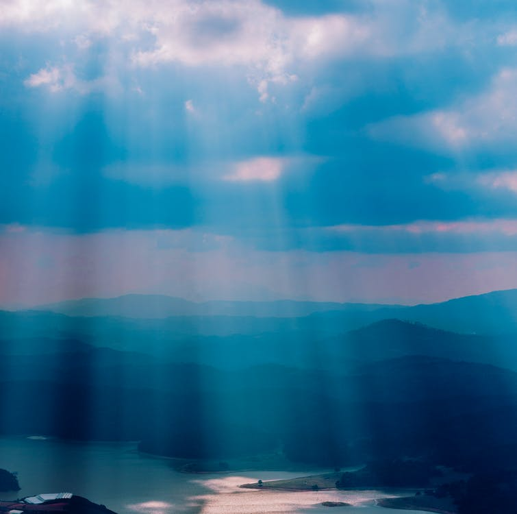 ακτίνες ηλίου, βουνά, γαλαζοπράσινος