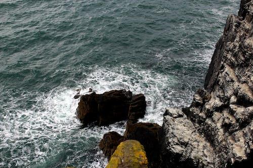 dalga, dalga kırılması, el sallamak, falezli sahil içeren Ücretsiz stok fotoğraf