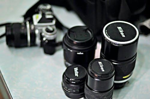 Vier Schwarze Nikon Zoom Kameraobjektive