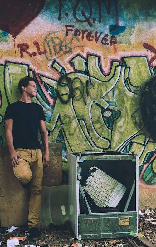Ilmainen kuvapankkikuva tunnisteilla aikuinen, arkkitehtuuri, asu, graffiti