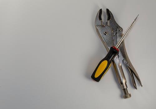 Бесплатное стоковое фото с scredriver, инструменты, плоскогубцы