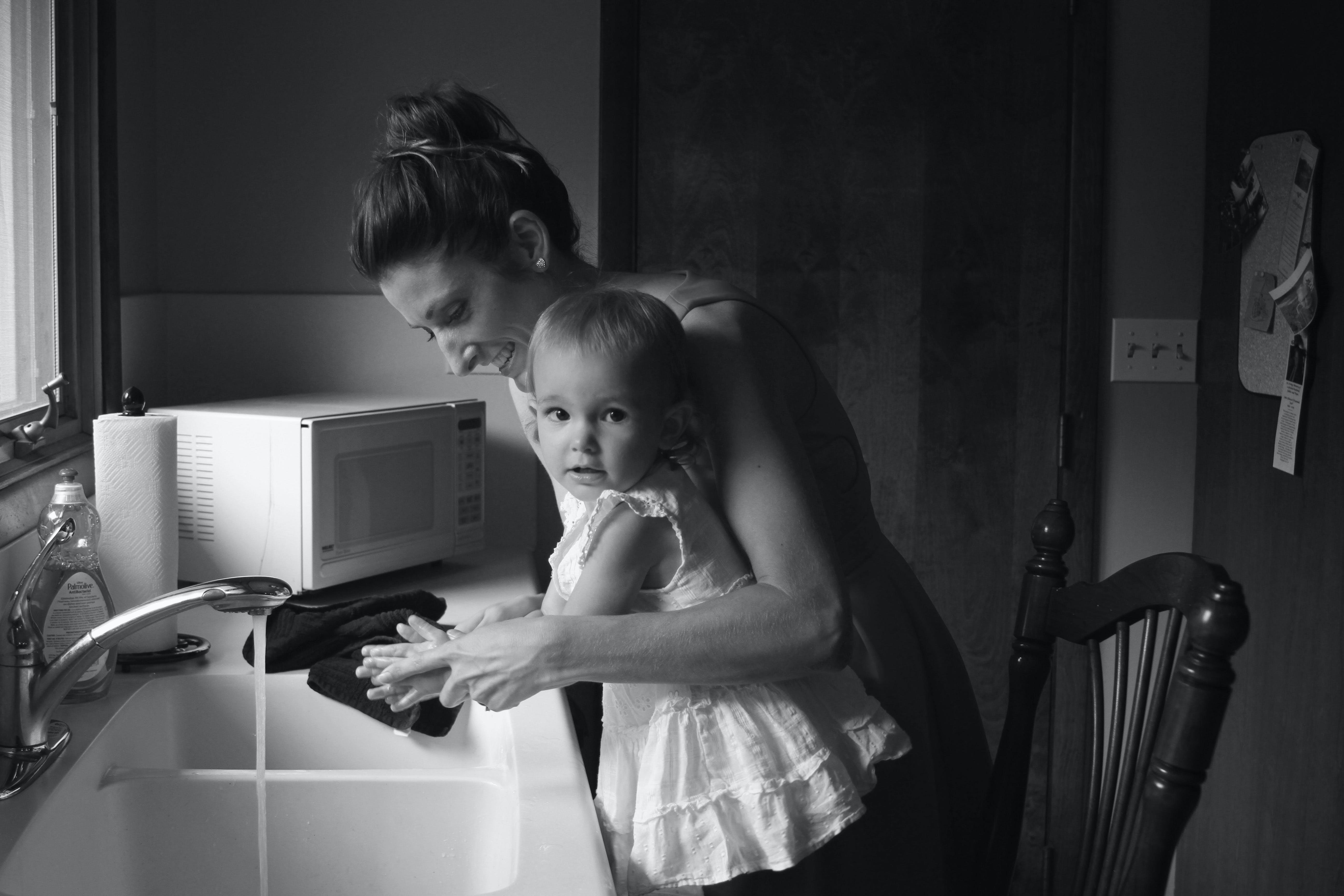 Základová fotografie zdarma na téma černobílý, dítě, dospělý, dřez