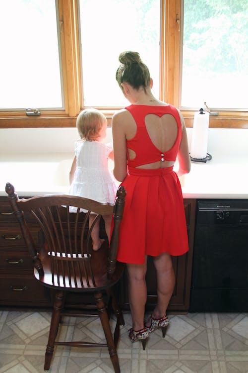 Foto d'estoc gratuïta de adult, bebè, cadira, desgast