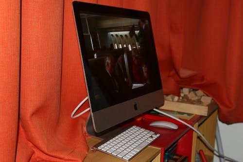 iMac, キーボード, 反射, 赤い背景の無料の写真素材