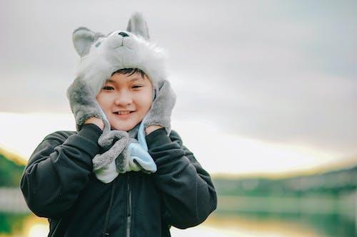 Gratis stockfoto met aziatisch jongetje, Aziatische jongen, blijdschap, blurry achtergrond