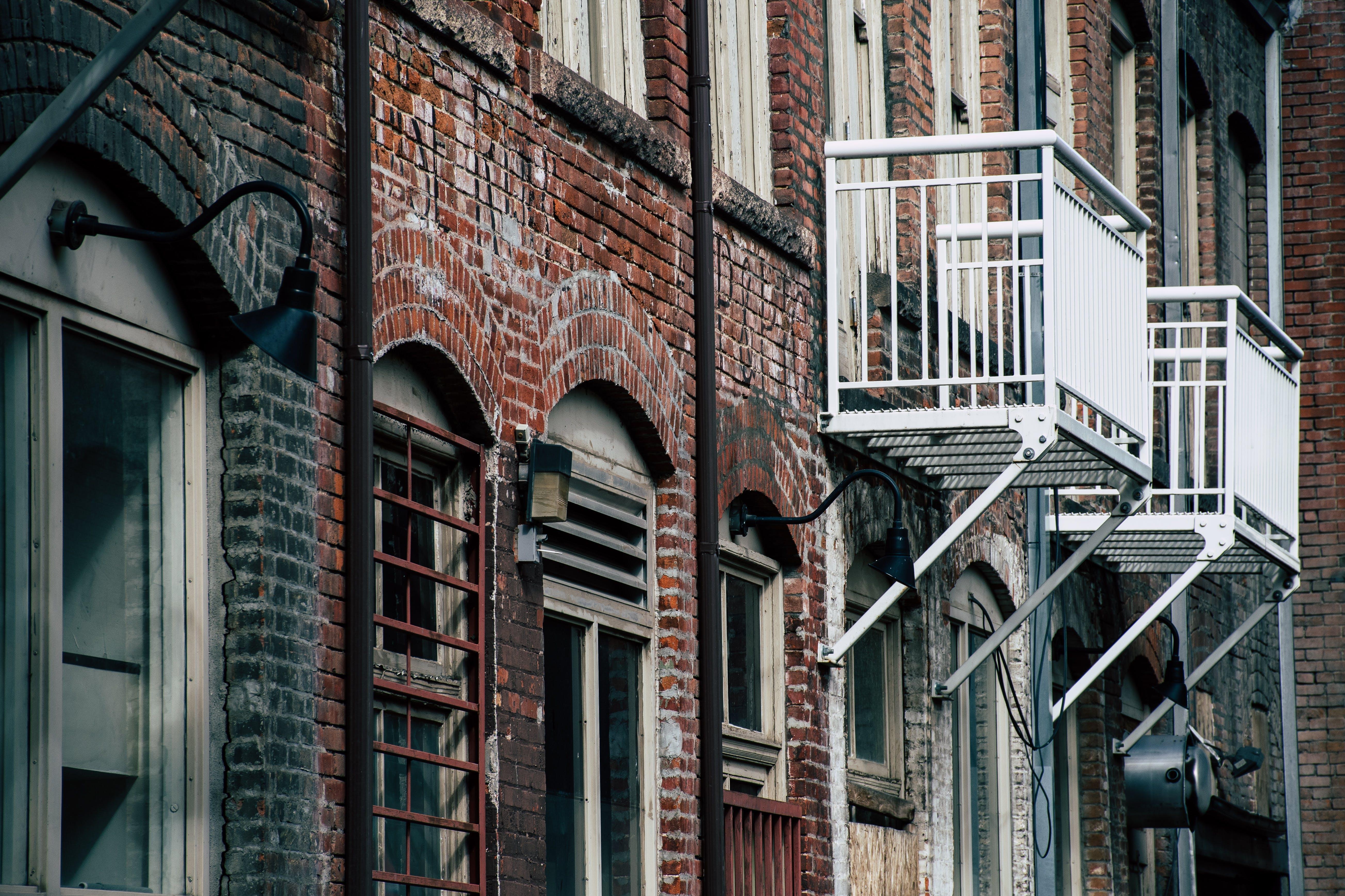 Kostenloses Stock Foto zu architektur, fenster, wohnung, ziegel