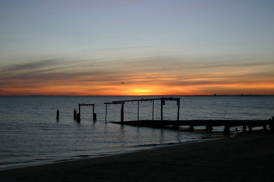 antiguo muelle, playa, puesta de sol