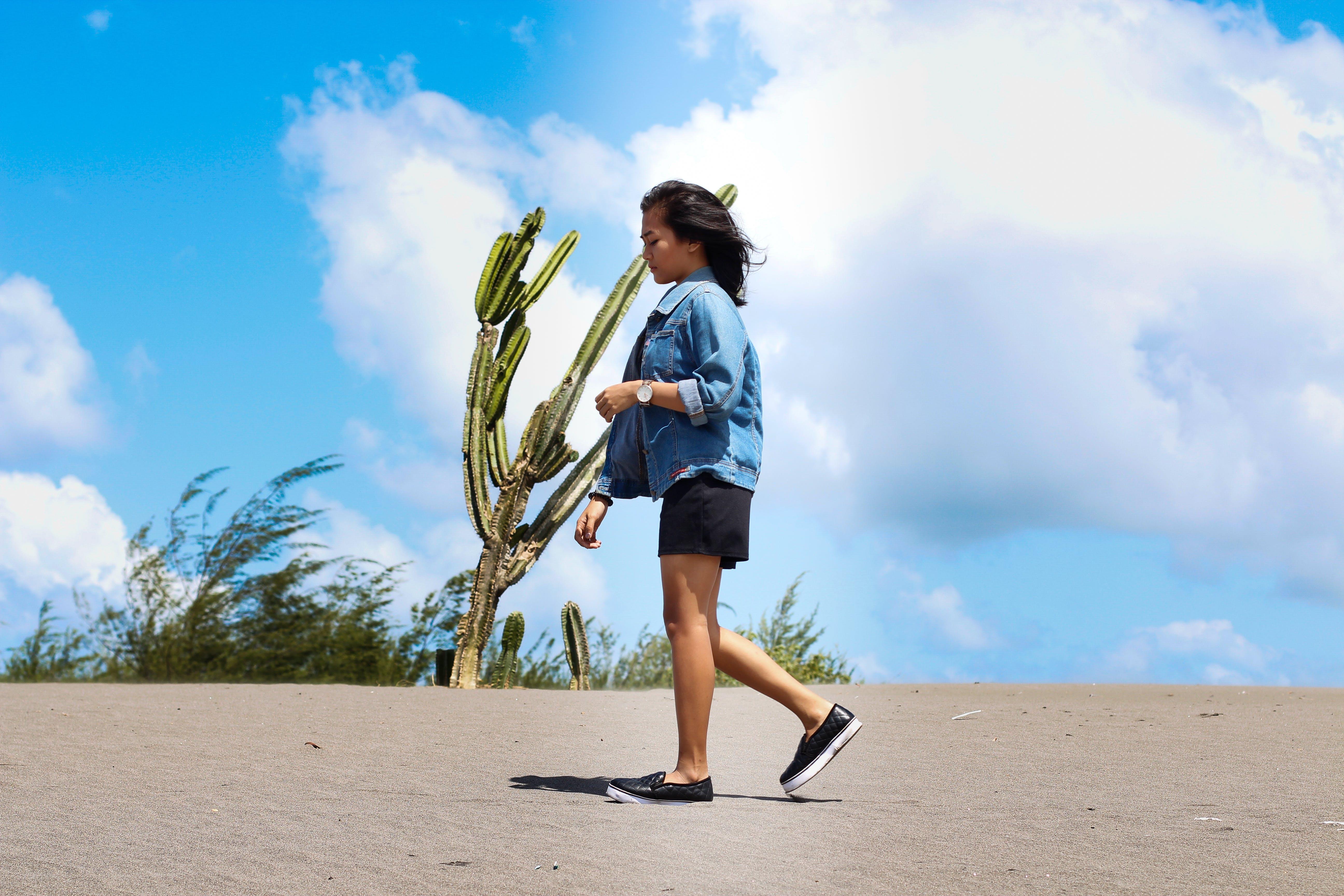 Foto d'estoc gratuïta de aventura, cactus, caminant, cel