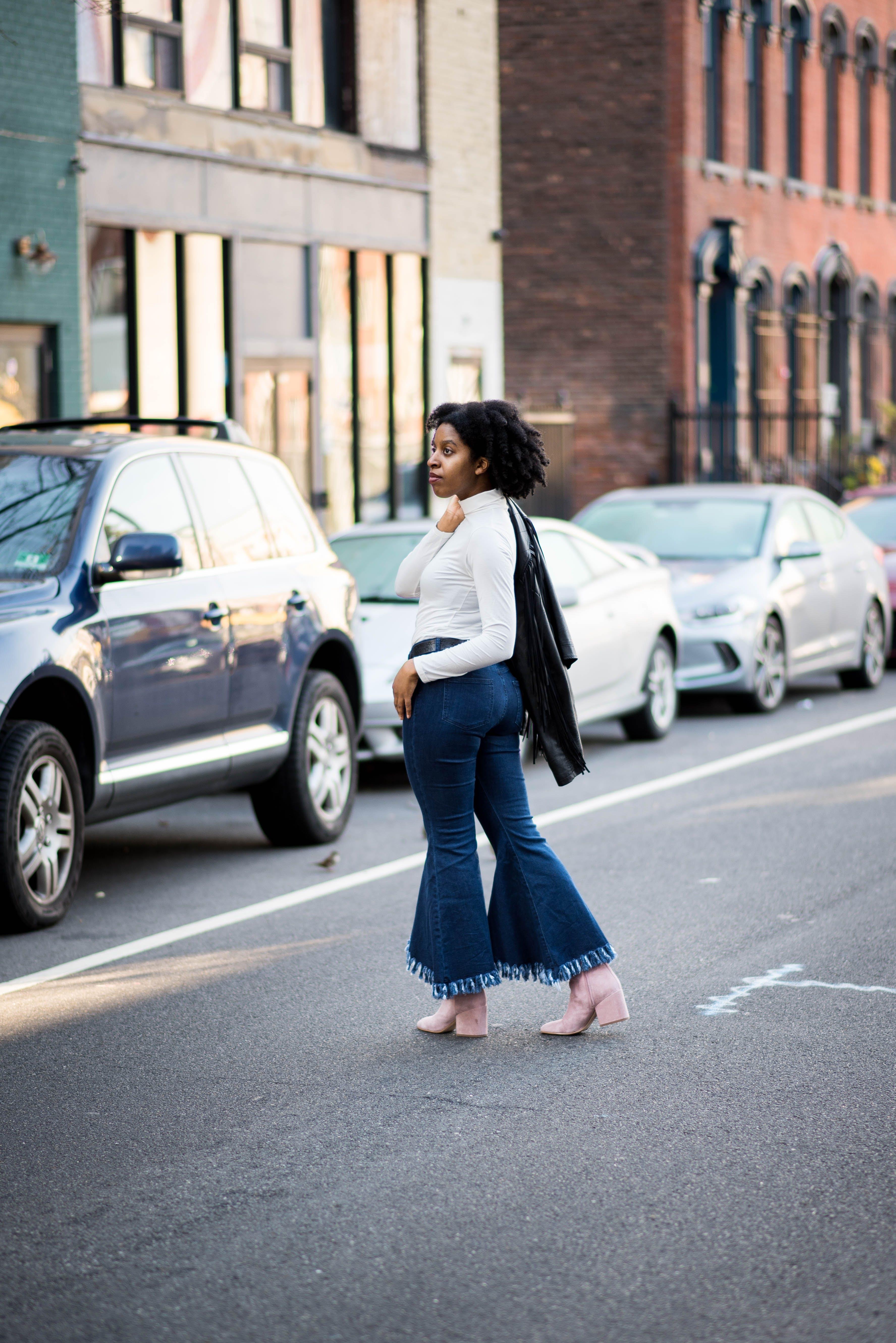 Gratis lagerfoto af afroamerikansk kvinde, arkitektur, asfalt, biler