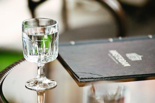 Безкоштовне стокове фото на тему «вертикальний, вода, меню, напій»