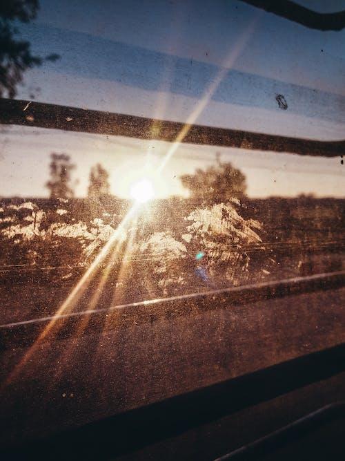 Бесплатное стоковое фото с pov, восход, луч солнца, ограждение