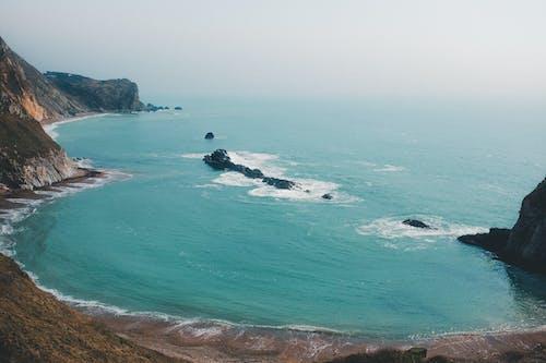 Ilmainen kuvapankkikuva tunnisteilla aallot, hiekkaranta, kallio, kuva yläkulmasta