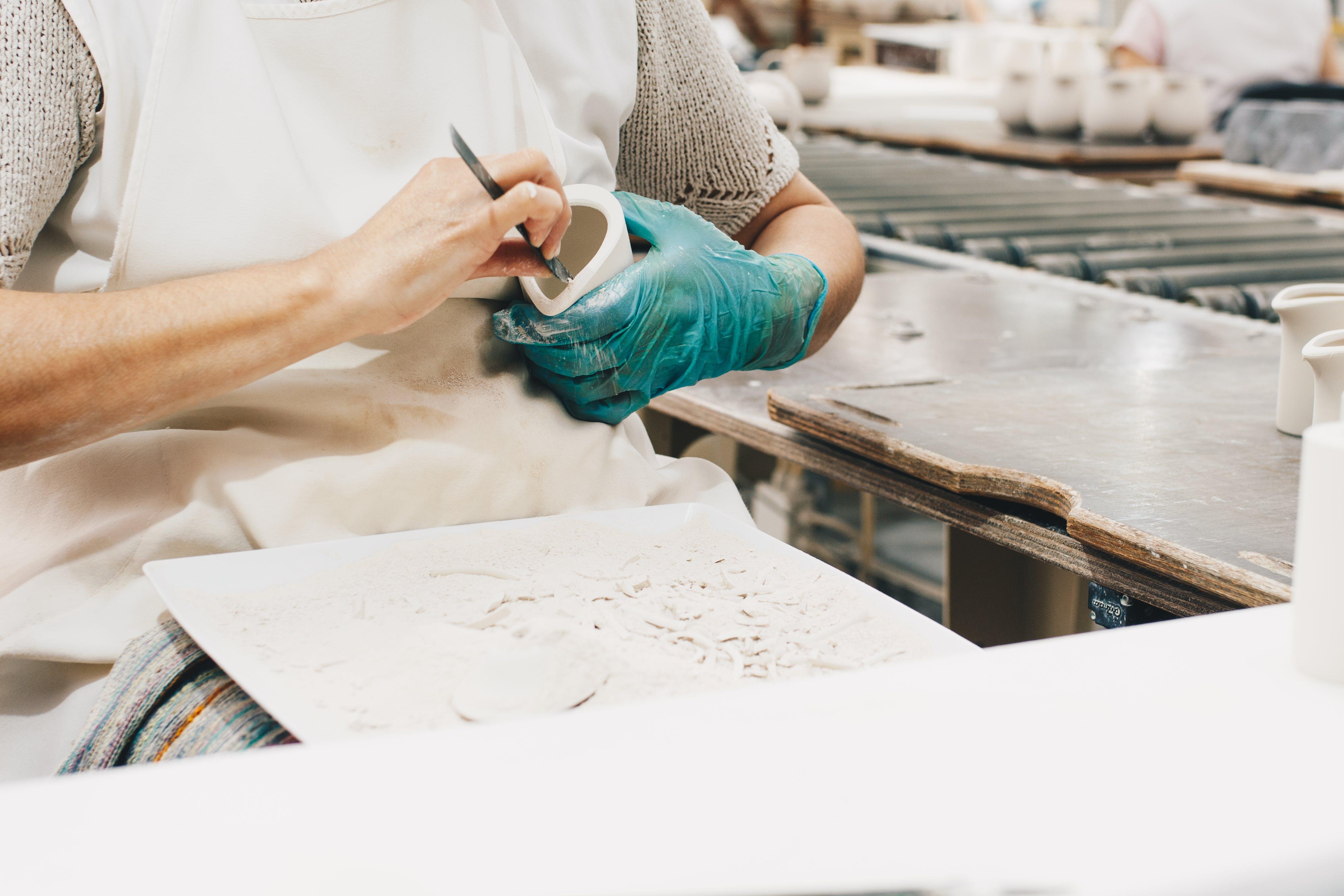 Gratis stockfoto met beeldhouwen, creatief, creatief proces, handen