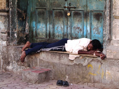 Photos gratuites de dormir, entrée de porte, inde, rue