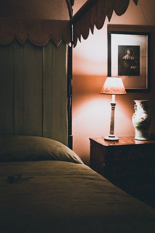 Darmowe zdjęcie z galerii z drewno, jasny, kurtyna, lampa