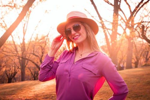 Ilmainen kuvapankkikuva tunnisteilla auringonlasku, aurinko, hattu, hymy