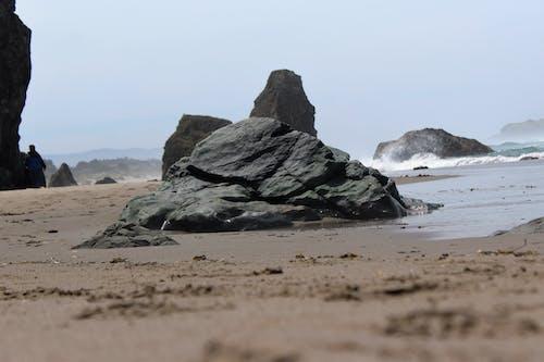 ビーチ, 岩, 砂の無料の写真素材