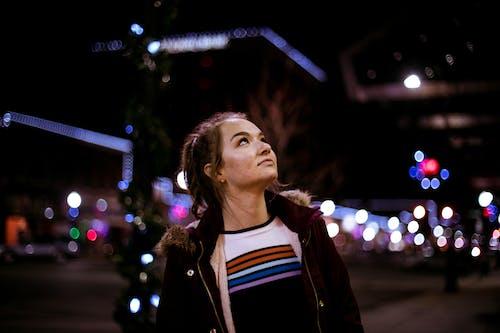 向上看, 夾克, 女人, 晚上的時間 的 免費圖庫相片