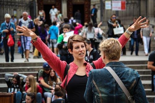 Mulher Correndo Com As Mãos Na Frente De Outra Mulher