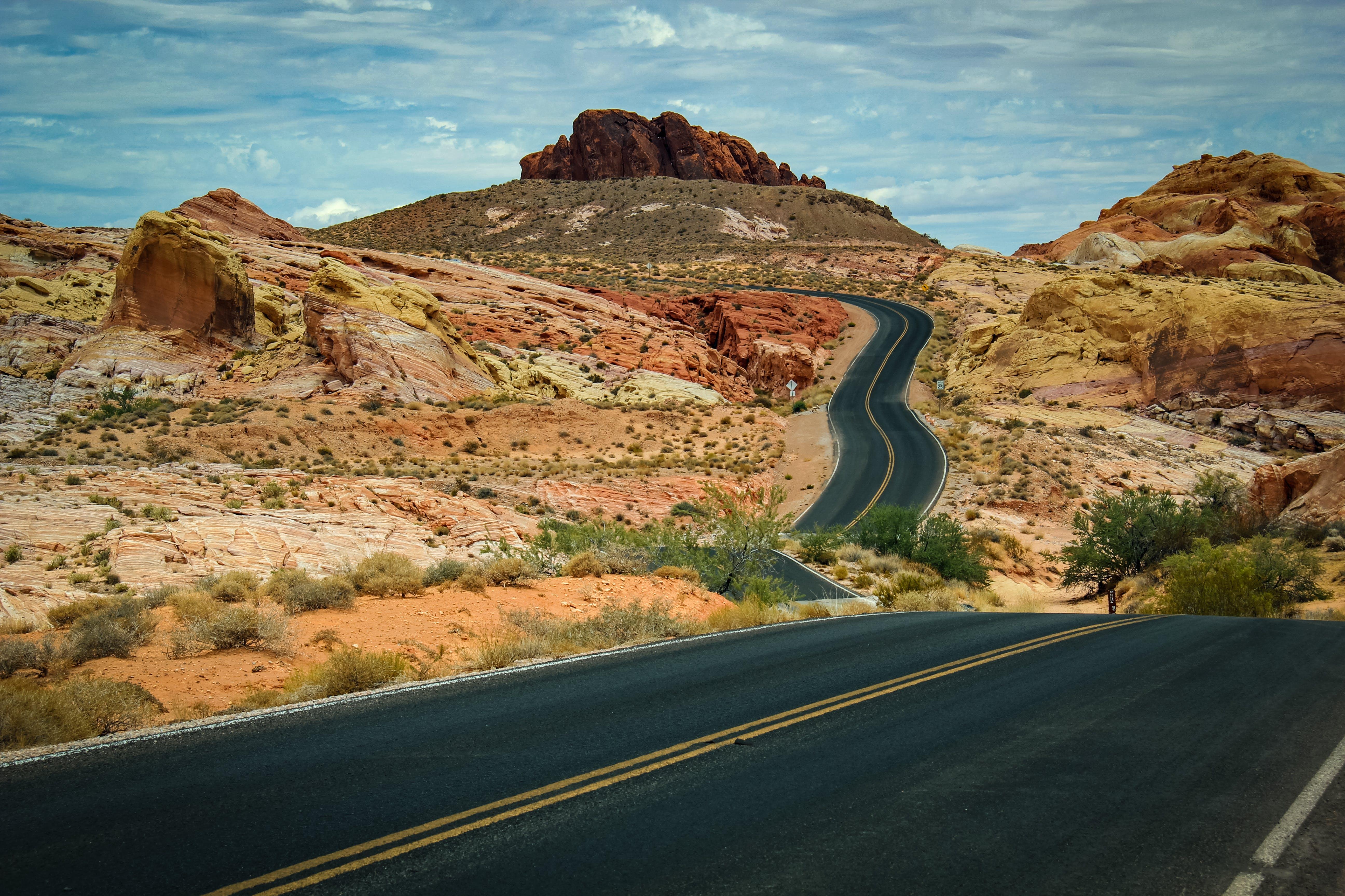 Kostenloses Stock Foto zu abenteuer, autobahn, berg, bürgersteig