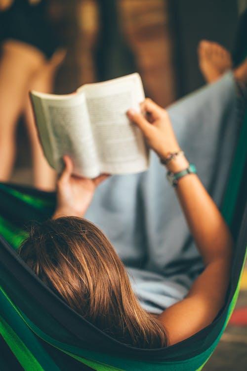 누워 있는, 독서하는, 사람