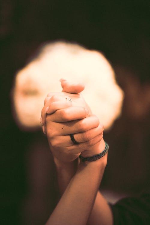 Бесплатное стоковое фото с в помещении, держаться за руки, кожа, легкий