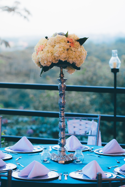 Gratis lagerfoto af bestik, blomster, blomsterbuket, borddækning