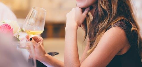 Immagine gratuita di bevanda, bicchiere, donna, drink