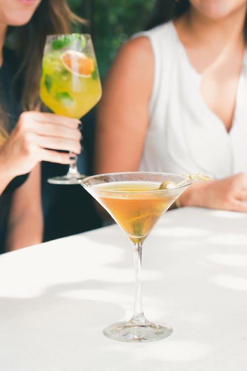 bardak, cam, içki, içmek içeren Ücretsiz stok fotoğraf