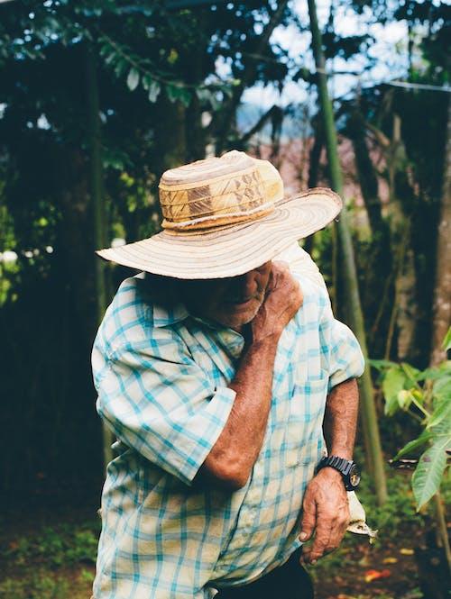 Ilmainen kuvapankkikuva tunnisteilla aikuinen, asu, hattu, henkilö