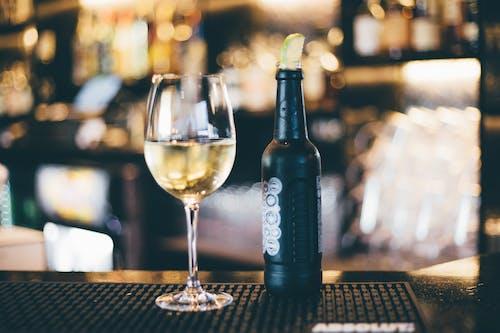 Foto d'estoc gratuïta de ampolla, bar, beguda, comptador