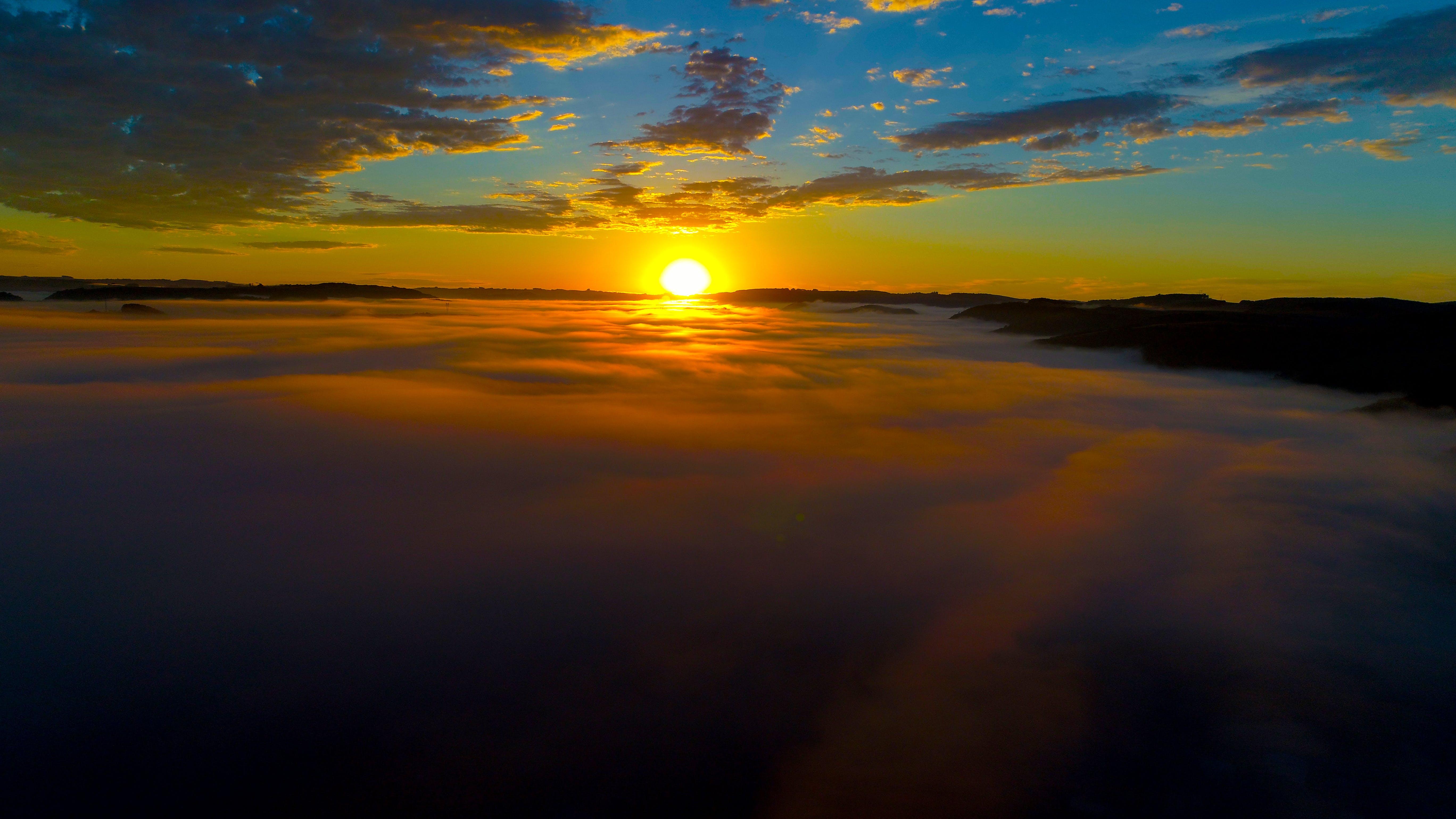 Ilmainen kuvapankkikuva tunnisteilla de cima, nuvens, por do sol