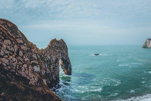 Безкоштовне стокове фото на тему «блакитне небо, мандрівники, мандрування, океан»