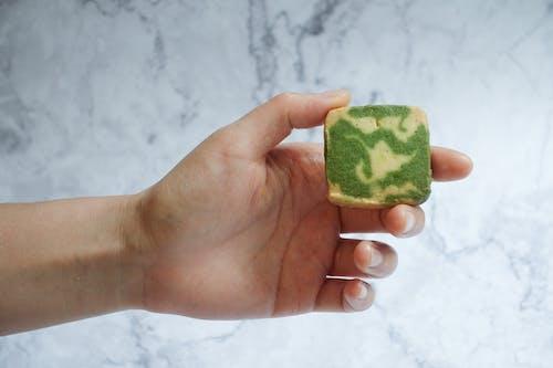 Ilmainen kuvapankkikuva tunnisteilla käsi, keksi, leivonnainen, marmori